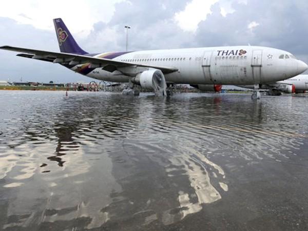 Nước lũ tràn vào sân bay Don Muang ở Bangkok. Ảnh: Reuters