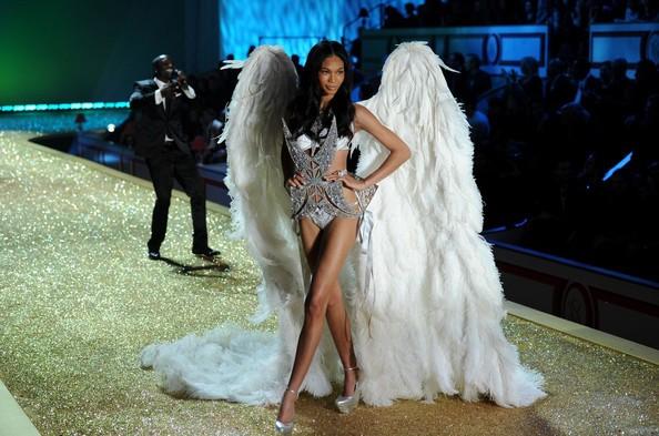 'Thiên thần' Chanel Idman sải bước catwalk đầy tự tin trên sân khấu