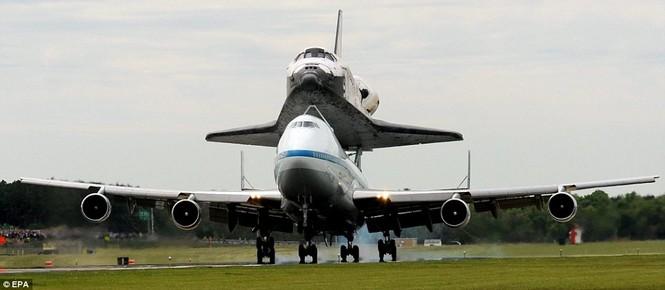 Boeing 747 cõng tàu vũ trụ con thoi - ảnh 9
