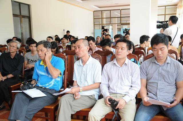 Các phóng viên nghe phổ biến kế hoạch tuyên truyền trước khi ra đảo