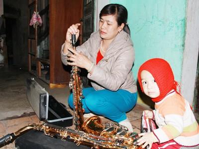 Chị Nguyễn Thị Thanh Viên với một cây saxo và một cây darinet.             Ảnh: Trường Phong