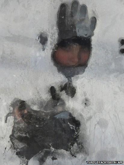 Hình ảnh một người đàn ông tại Ukraina qua lớp băng đá. Tính đến nay, trận giá rét lịch sử nhất châu Âu đã khiến khoảng 100 người thiệt mạng. Ảnh: BBC