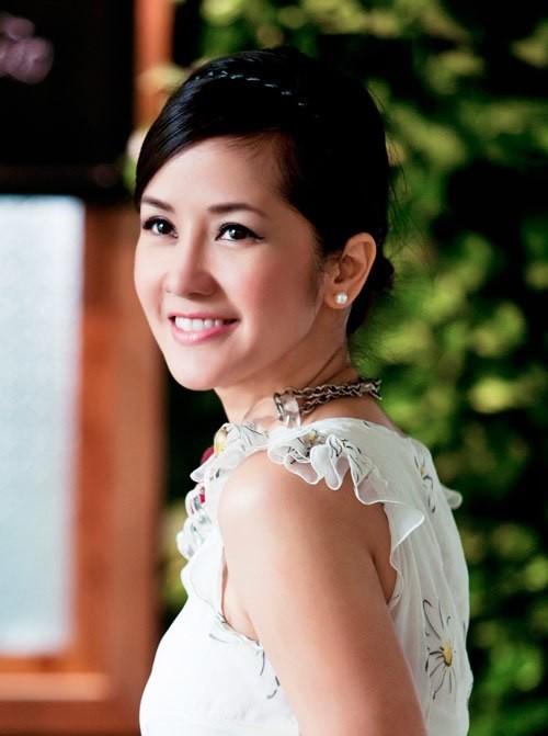 Hồng Nhung là ca sĩ đầu tiên nhận lời tham gia vào vai trò huấn luyện viên Giọng hát Việt mùa thứ hai