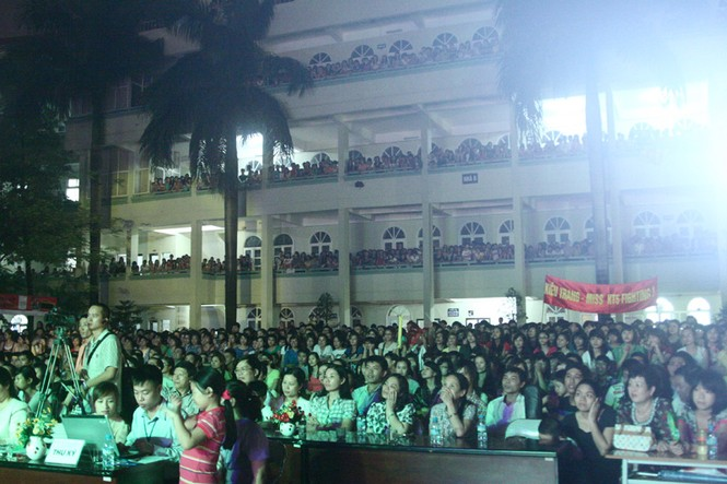 Đêm Chung kết thu hút đông dảo khán giả đến cổ vũ dù trời mưa