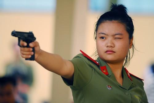 Nữ sinh Trần Thị Hoài trong một pha ngắm thử