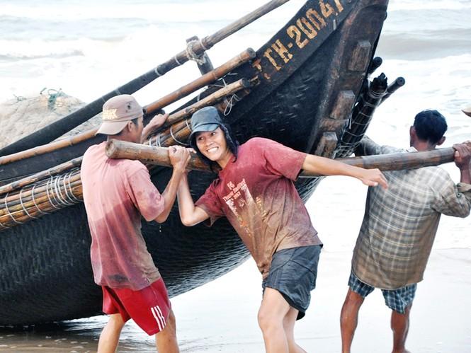 Người dân làng Tân Mỹ vẫn kiên trì bám biển để tự nuôi sống và đem lại niềm vui đích thực cho mình và gia đình