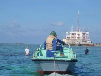 Thuyền từ đất liền vào đảo Đá Tây. Ảnh: L.A