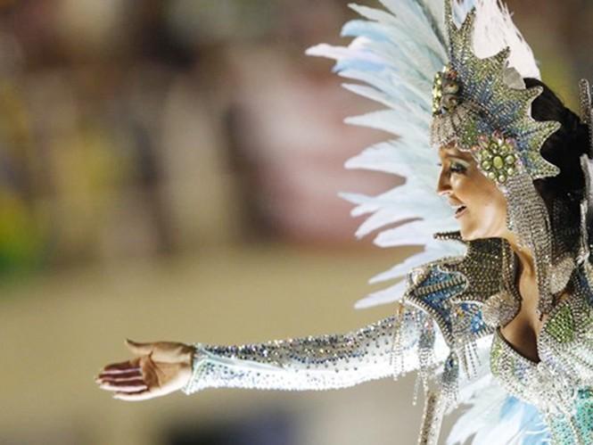 13 trường samba cạnh tranh từng bước nhảy trong lễ diễu hành