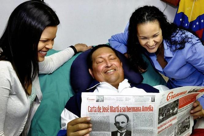 Tổng thống Hugo Chavez chụp ảnh cùng hai người con gái tại bệnh viện Cuba hôm 14 tháng 2 vừa qua