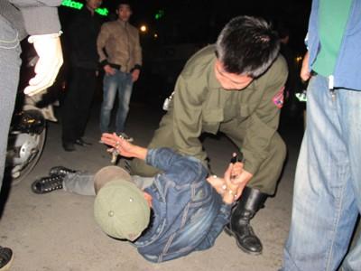 Khống chế đối tượng vi phạm có hành vi chống đối cảnh sát