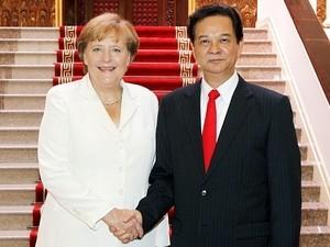 Thủ tướng Nguyễn Tấn Dũng và Thủ tướng Đức Angela Merkel trước khi bắt đầu hội đàm