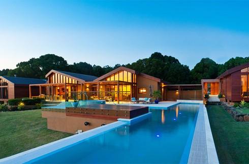Cặp vợ chồng người Mỹ Rebecca và Richard Korhammer đã mua toàn bộ khu đất năm 2008. Họ dành ra 2 năm trời thiết kế và thêm một năm rưỡi để hoàn thiện ngôi nhà bằng gỗ