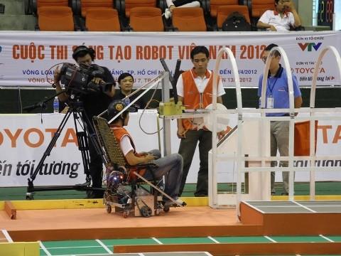 Không bất ngờ vòng loại Robocon 2012 phía Nam - ảnh 3