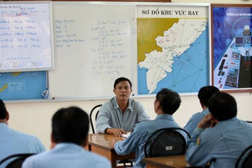 Trung đoàn trưởng họp giao nhiệm vụ - Ảnh: Bạch Dương