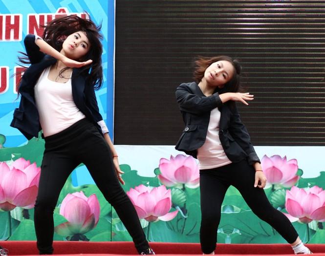 Các nhóm nhảy nữ góp thêm không khí sôi động của chung kết cuộc thi