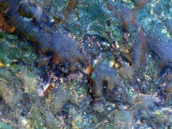 Một diện mạo mới của bề mặt sao Hỏa với nhiều màu sắc khác nhau. Hình ảnh do NASA chụp lại giống màu của bảy sắc cầu vồng