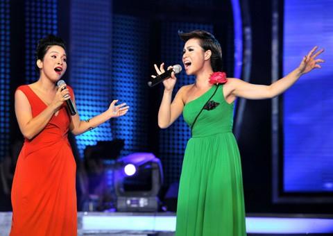 Mỹ Linh và Uyên Linh trong đêm chung kết Vietnam Idol 2010