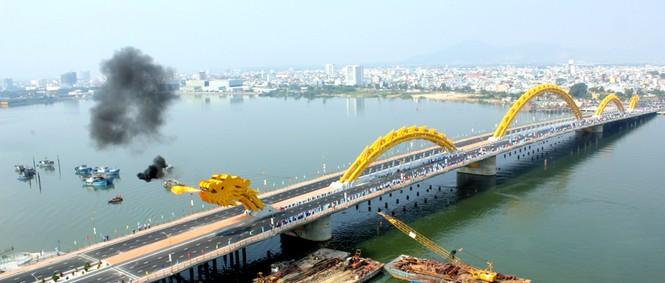 'Rồng thép' lớn nhất thế giới ở Đà Nẵng phun lửa - ảnh 1