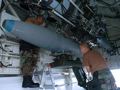 Lắp bom vào khoang vũ khí máy bay ném bom B-2