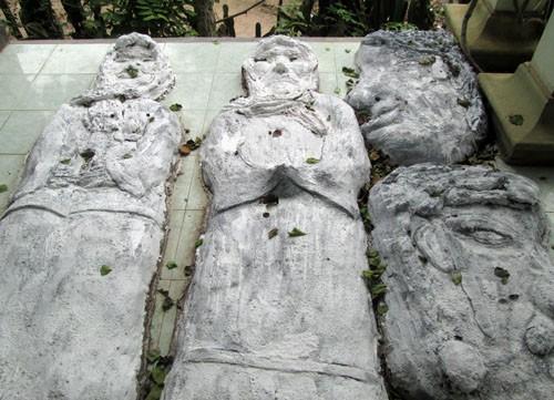"""Ngay trước cửa nhà, có 2 """"xác ướp"""" nam và nữ nằm cạnh nhau, gắn chặt xuống nền gạch trước hiên"""