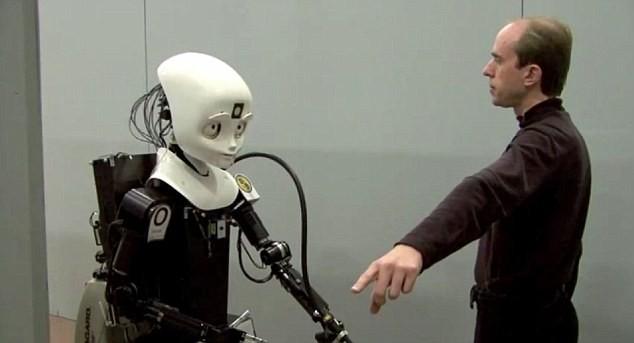 Robot có thể nhận biết giọng nói, cử chỉ và mệnh lệnh của người hướng dẫn.