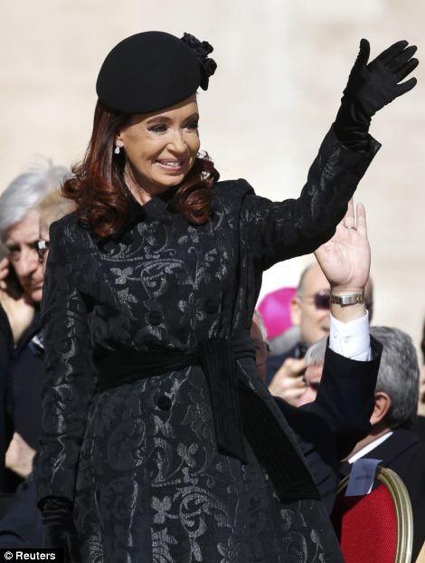 Tổng thống Argentina có mặt tại lễ nhậm chức của người đồng hương, Giáo hoàng Francis đang vẫy tay chào mọi người
