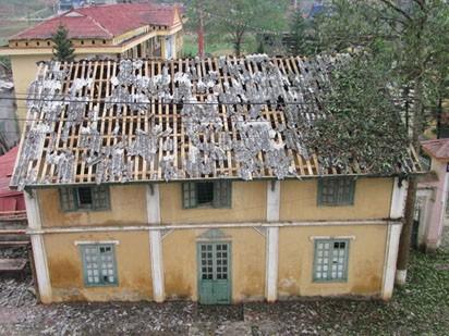 Những ngôi nhà lợp mái fipro ximăng ở Mương Khương đã bị thủng vỡ hoàn toàn