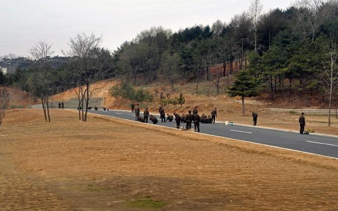 Lực lượng quân đội dọn dẹp con đường chuẩn bị cho buổi lễ kỷ niệm 100 năm ngày sinh cố chủ tịch Kim Nhật Thành