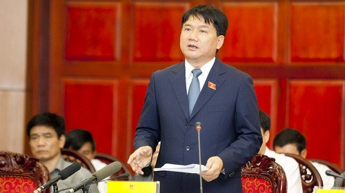 Bộ trưởng Bộ Giao thông vận tải Đinh La Thăng trả lời các câu hỏi của các đại biểu - Ảnh: Nguyễn Khánh (Tuổi Trẻ)