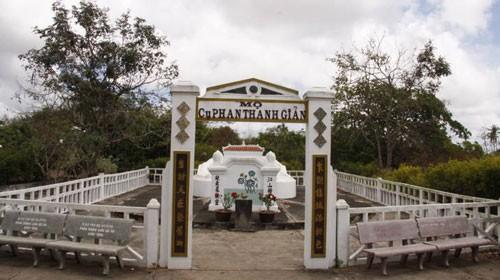 Lăng mộ giản dị của cụ Phan Thanh Giản tại Ba Tri (Bến Tre)