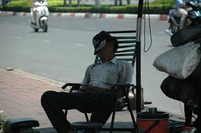 Tranh thủ chợp mắt giữa cái nóng Sài Gòn, bác Nguyễn Hải, thợ sửa xe máy không giấu được sự