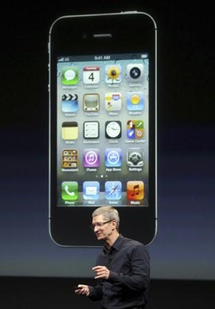 Tổng giám đốc Apple Tim Cook đang thuyết trình trước hình chiếc iPhone 4S
