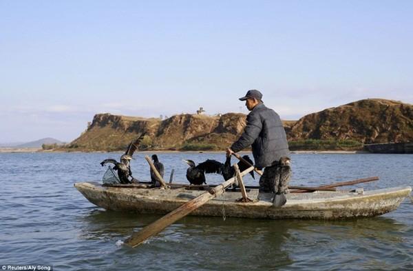 Ngư dân đang chèo thuyền trên sông Yalu