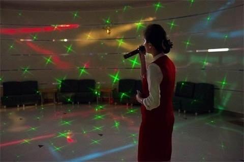 Một cô gái hát karaoke tại Khách sạn Hyangsan dưới chân Núi Myohyang ngày 23/2