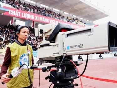 Người hâm mộ mong chờ các đài truyền hình trực tiếp nhiều trận đấu tại V-League. Ảnh: Quang Thắng