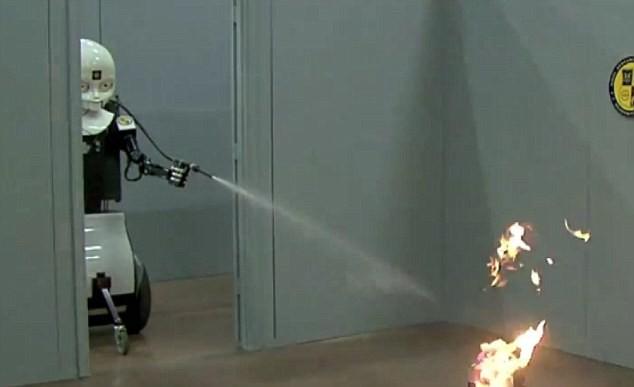 Robot cứu hỏa nhanh chóng dập lửa.