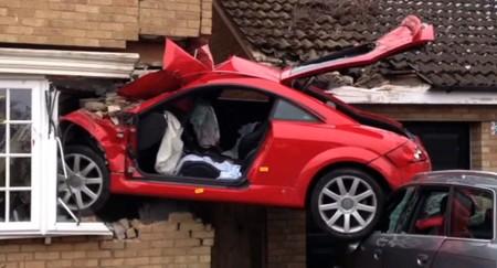 Audi TT 'hạ cánh' vào nhà dân - ảnh 1