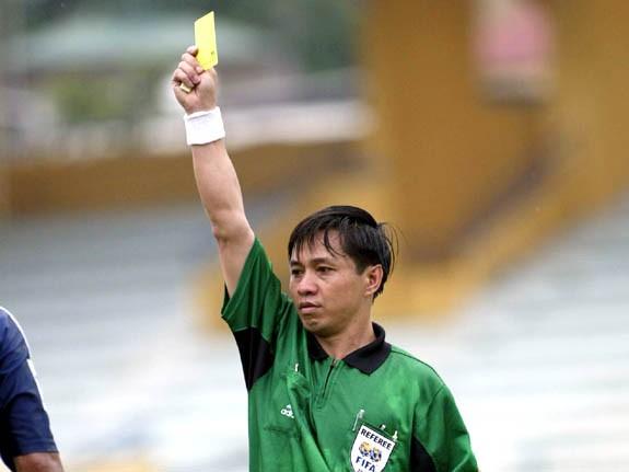 Ông Đặng Thanh Hạ khi còn là trọng tài cầm còi ở V-League. Ảnh: VSI