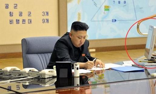 Bức ảnh thứ 2 mà báo Rodong của Đảng Lao động Triều Tiên đăng tải hôm nay tiết lộ số lượng phi đội bay mà Bình Nhưỡng dự kiến triển khai nếu tấn công lục địa Mỹ. Đồng thời, khoanh tròn màu đỏ trong bức ảnh đánh dấu chiếc máy tính iMac của hãng Apple trên bàn làm việc của nhà lãnh đạo Kim Jong-un