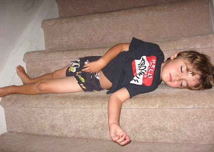 Những kiểu ngủ gật đáng yêu của bé - ảnh 21