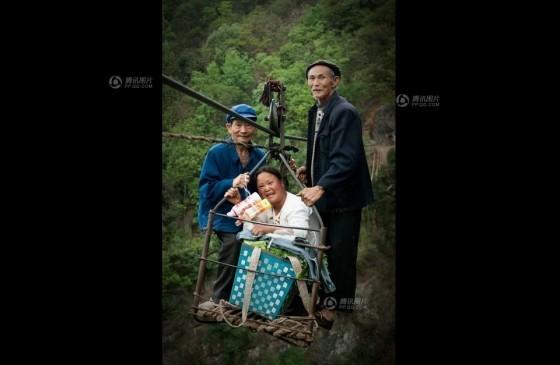 Đứng tim cảnh người dân 'đu' qua hẻm núi - ảnh 2