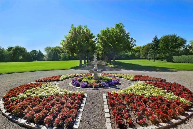 ... Được tô điểm với con đường rợp bóng cây xanh mát, bãi cỏ êm mượt như nhung và bồn hoa khoe hương sắc rực rõ