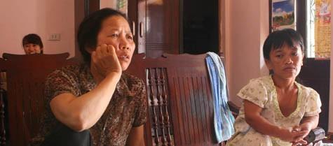 Mẹ và cô của Nguyễn Duy Hiệp trao đổi với PV