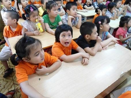 Trẻ mầm non đến tham quan và làm quen với môi trường học tập tại Trường tiểu học Thành Công B (Hà Nội)