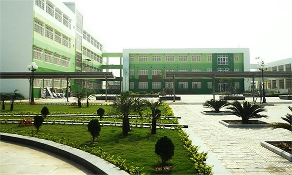 Kiến trúc hiện đại cùng một không gian nhiều cây xanh là điểm nhấn lớn nhất của mái trường THPT chuyên Nguyễn Huệ mới             Xem ảnh sau