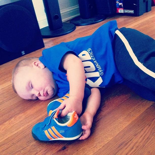 Những kiểu ngủ gật đáng yêu của bé - ảnh 6
