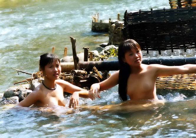 Hình ảnh các thiếu nữ tắm tiên từ bao đời nay đã trở thành một nét đẹp của vùng núi rừng Tây Bắc