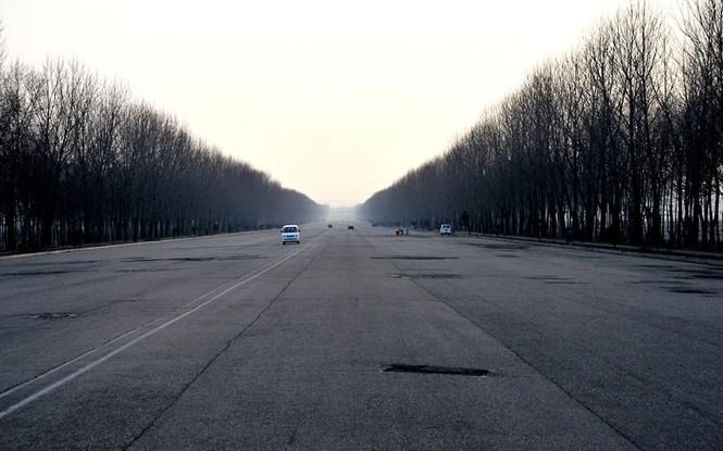 Con đường cao tốc đang trong tình trạng hư hỏng, dài 160 km trải dài từ thủ đô Bình Nhưỡng của Triều Tiên tới sát biên giới với Hàn Quốc được chia thành 8 làn đường song dường như hoàn toàn vắng bóng xe cộ đi lại
