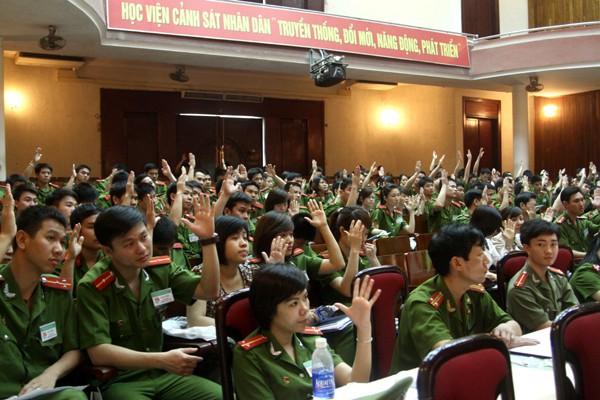 Các đại biểu giơ tay biểu quyết với sự chủ trì Đại hội của Ban chủ tịch