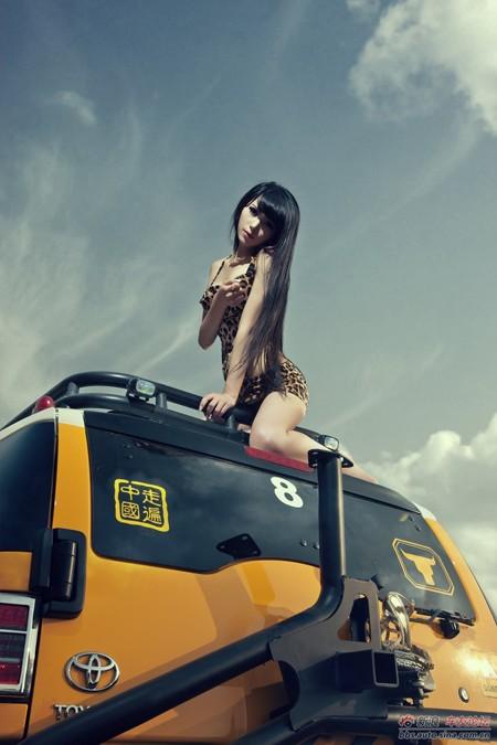 Bikini 'hổ báo' quyến rũ bên xe - ảnh 11